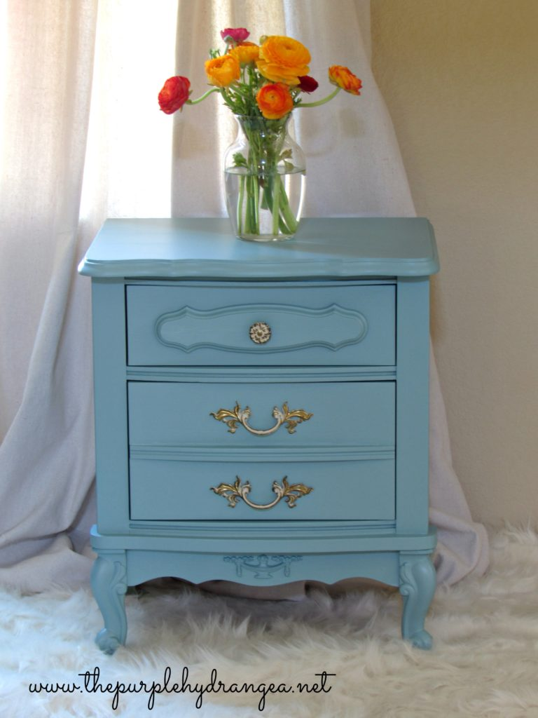 This French Provincial style nightstand has a fresh coat of Fusion Mineral Paint in Heirloom.